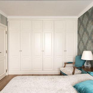 Esempio di una camera matrimoniale chic di medie dimensioni con pareti multicolore e parquet chiaro