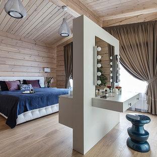 Идея дизайна: хозяйская спальня в современном стиле с светлым паркетным полом, бежевым полом и бежевыми стенами