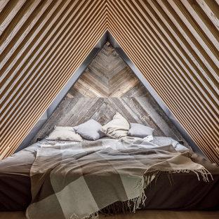 На фото: хозяйская спальня в стиле лофт с светлым паркетным полом с