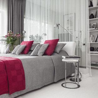 На фото: хозяйская спальня в современном стиле с белыми стенами и белым полом с