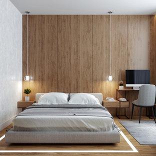 Imagen de dormitorio contemporáneo, de tamaño medio, sin chimenea, con suelo de madera en tonos medios y paredes marrones