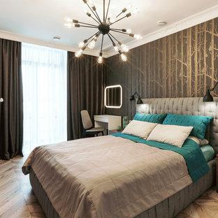 Стильный дизайн: хозяйская спальня в современном стиле с полом из ламината и бежевым полом - последний тренд