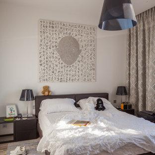 Idee per una camera matrimoniale minimal di medie dimensioni con pareti bianche, pavimento in gres porcellanato e pavimento multicolore