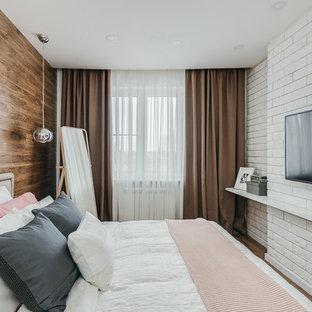 Свежая идея для дизайна: хозяйская спальня в скандинавском стиле с темным паркетным полом и коричневым полом - отличное фото интерьера