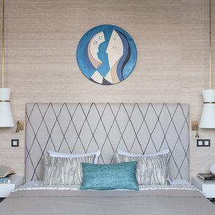 Новые идеи обустройства дома: хозяйская спальня в современном стиле с бежевыми стенами
