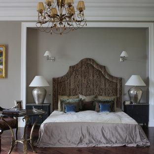 Неиссякаемый источник вдохновения для домашнего уюта: хозяйская спальня в классическом стиле с серыми стенами, темным паркетным полом и коричневым полом