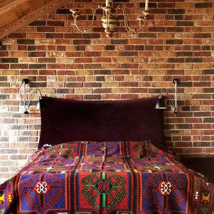 Пример оригинального дизайна: хозяйская спальня среднего размера в стиле лофт с коричневыми стенами