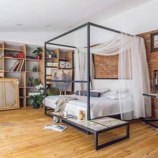 Diseño de dormitorio principal, industrial, con paredes rojas, suelo de madera en tonos medios y suelo amarillo