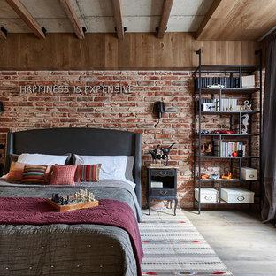Ejemplo de dormitorio principal, urbano, con paredes marrones