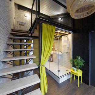 Diseño de dormitorio tipo loft, urbano, grande, con suelo de madera en tonos medios y paredes multicolor