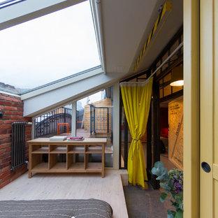 На фото: спальни в стиле лофт с полом из линолеума и коричневыми стенами