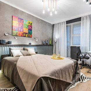 На фото: спальня в стиле лофт с серыми стенами, светлым паркетным полом, бежевым полом и тюлем с