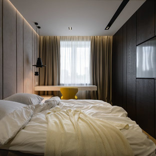 Стильный дизайн: хозяйская спальня в стиле лофт с черными стенами и бежевым полом - последний тренд