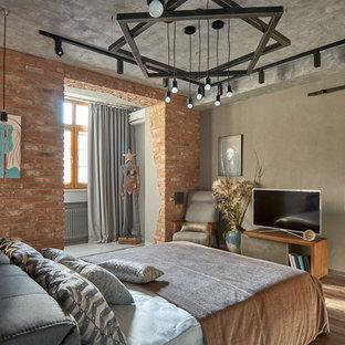 Свежая идея для дизайна: хозяйская спальня в стиле лофт с паркетным полом среднего тона, коричневым полом и серыми стенами - отличное фото интерьера
