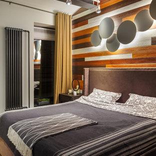 Modelo de dormitorio principal, industrial, con paredes marrones, suelo de madera en tonos medios y suelo marrón