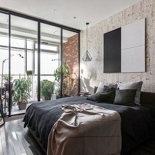 На фото: хозяйская спальня в стиле лофт с темным паркетным полом и серыми стенами с