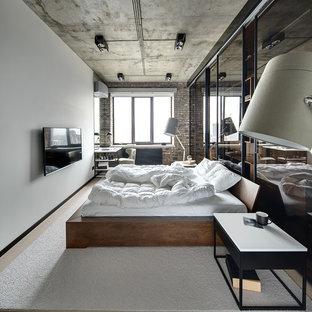 Пример оригинального дизайна: хозяйская спальня в стиле лофт с белыми стенами, светлым паркетным полом и бежевым полом