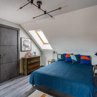 Стильный дизайн: спальня в стиле лофт с белыми стенами, темным паркетным полом, серым полом, сводчатым потолком и кирпичными стенами - последний тренд