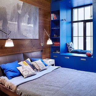 Imagen de dormitorio principal, contemporáneo, de tamaño medio, con suelo de madera en tonos medios y paredes marrones