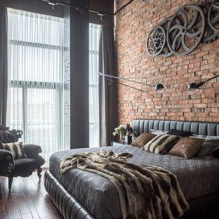 Пример оригинального дизайна: хозяйская спальня в стиле лофт с коричневым полом, коричневыми стенами и темным паркетным полом