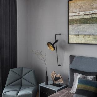 Diseño de dormitorio principal, contemporáneo, de tamaño medio, sin chimenea, con paredes grises, suelo vinílico y suelo amarillo
