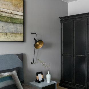 Modern inredning av ett mellanstort huvudsovrum, med grå väggar, vinylgolv och gult golv