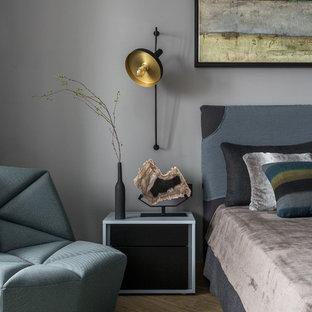 他の地域の中サイズのコンテンポラリースタイルのおしゃれな主寝室 (グレーの壁、クッションフロア、暖炉なし、茶色い床) のレイアウト