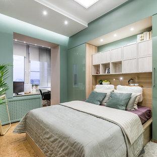 Exemple d'une chambre parentale tendance avec un sol en liège et un sol beige.