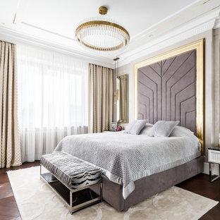 Modelo de dormitorio principal, tradicional renovado, de tamaño medio, con paredes beige y suelo de madera en tonos medios