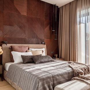 Идея дизайна: хозяйская спальня в современном стиле с коричневыми стенами, светлым паркетным полом и бежевым полом