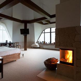 Immagine di una grande camera matrimoniale scandinava con pareti multicolore, pavimento in tatami, camino ad angolo, cornice del camino in pietra e pavimento beige