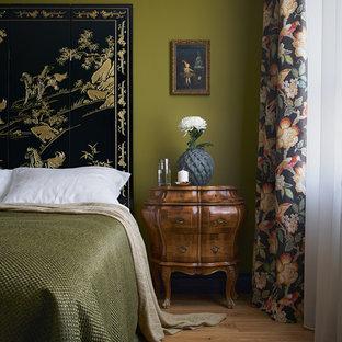 На фото: маленькая спальня в восточном стиле с зелеными стенами, паркетным полом среднего тона и коричневым полом с