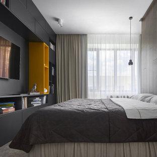 Modern inredning av ett stort sovrum, med bruna väggar, heltäckningsmatta och brunt golv