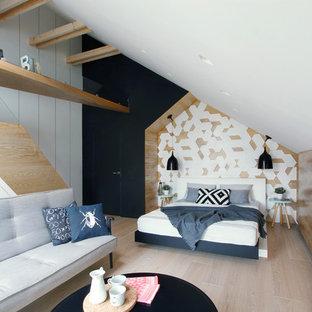 Неиссякаемый источник вдохновения для домашнего уюта: хозяйская спальня среднего размера в современном стиле с белыми стенами, светлым паркетным полом и бежевым полом