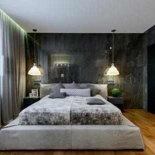 Стильный дизайн: хозяйская спальня в современном стиле с паркетным полом среднего тона, черными стенами и коричневым полом - последний тренд