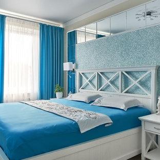 Стильный дизайн: хозяйская спальня среднего размера в морском стиле с бежевыми стенами без камина - последний тренд