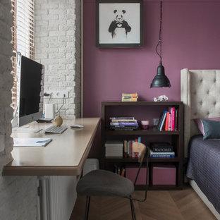 Idee per una camera da letto design con pareti viola e pavimento in legno massello medio