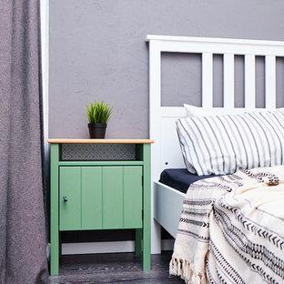 他の地域の小さい北欧スタイルのおしゃれな主寝室 (黒い壁、リノリウムの床、黒い床)