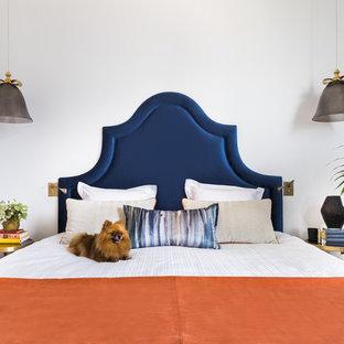 На фото: хозяйские спальни в современном стиле с белыми стенами без камина