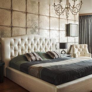 Пример оригинального дизайна: хозяйская спальня среднего размера в стиле фьюжн с паркетным полом среднего тона, бежевыми стенами и оранжевым полом без камина
