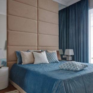 Пример оригинального дизайна: хозяйская спальня в стиле современная классика с бежевыми стенами