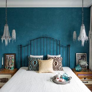 Idée de décoration pour une petite chambre bohème avec un mur blanc et aucune cheminée.