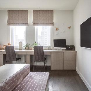 Идея дизайна: спальня в современном стиле с белыми стенами, темным паркетным полом и коричневым полом