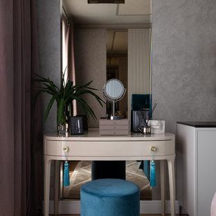 エカテリンブルクの中くらいのトランジショナルスタイルのおしゃれな主寝室 (グレーの壁、ラミネートの床) のインテリア
