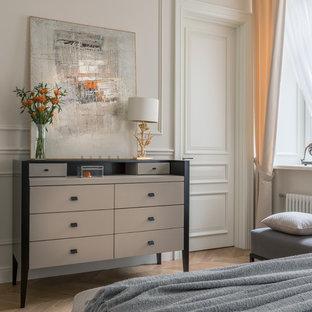 Источник вдохновения для домашнего уюта: хозяйская спальня в стиле неоклассика (современная классика) с белыми стенами, паркетным полом среднего тона, коричневым полом и тюлем