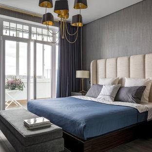 Новые идеи обустройства дома: хозяйская спальня в стиле современная классика с серыми стенами, темным паркетным полом и серым полом