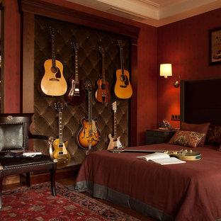Imagen de dormitorio principal, tradicional renovado, de tamaño medio, con paredes rojas, suelo de madera en tonos medios y suelo naranja
