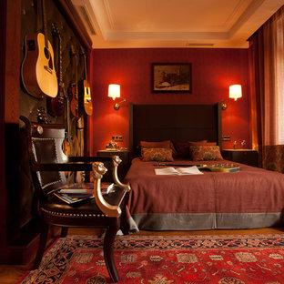 Imagen de dormitorio principal, clásico renovado, de tamaño medio, con paredes rojas, suelo de madera en tonos medios y suelo naranja