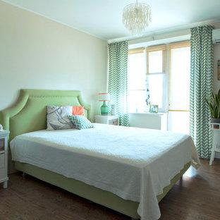 Immagine di una camera matrimoniale scandinava di medie dimensioni con pareti beige