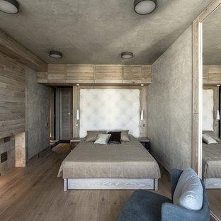 Идея дизайна: хозяйская спальня среднего размера в современном стиле с серыми стенами, бежевым полом и светлым паркетным полом